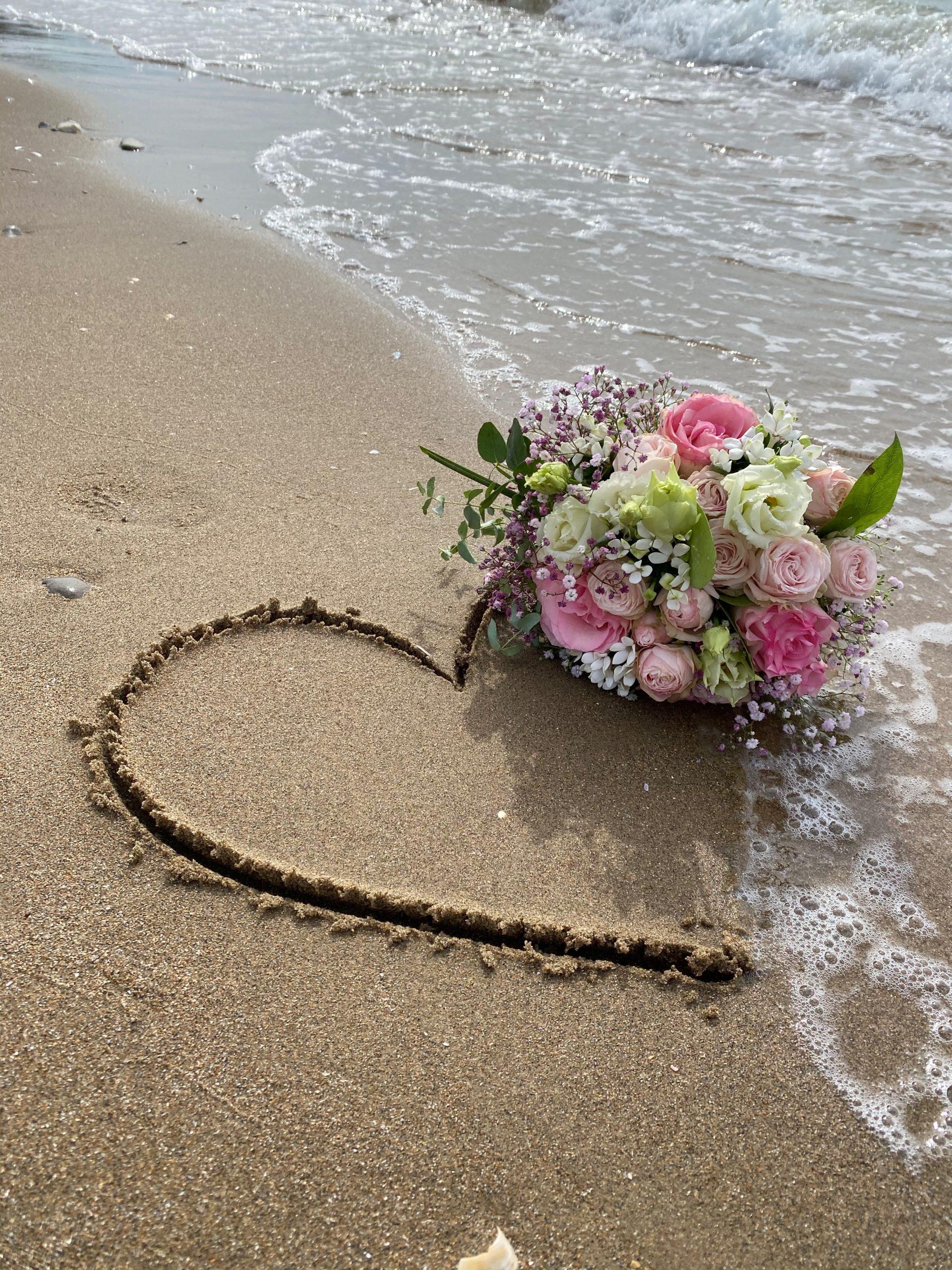 bouquet de mariage sur la plage avec un coeur dessiner - C&D Events - Wedding planner Oise et Paris