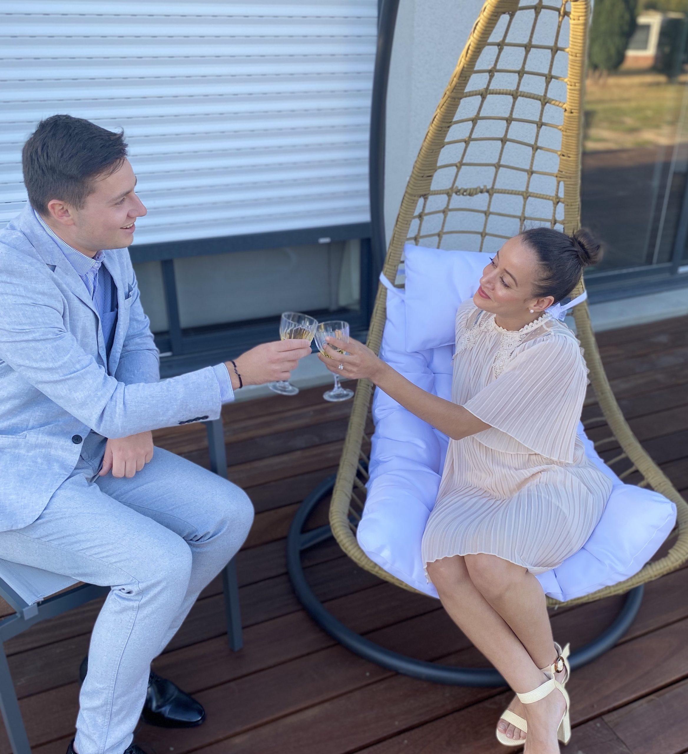 Deux amis qui trinquent assis sur une terrasse - C&D Events Wedding planner Oise et Paris