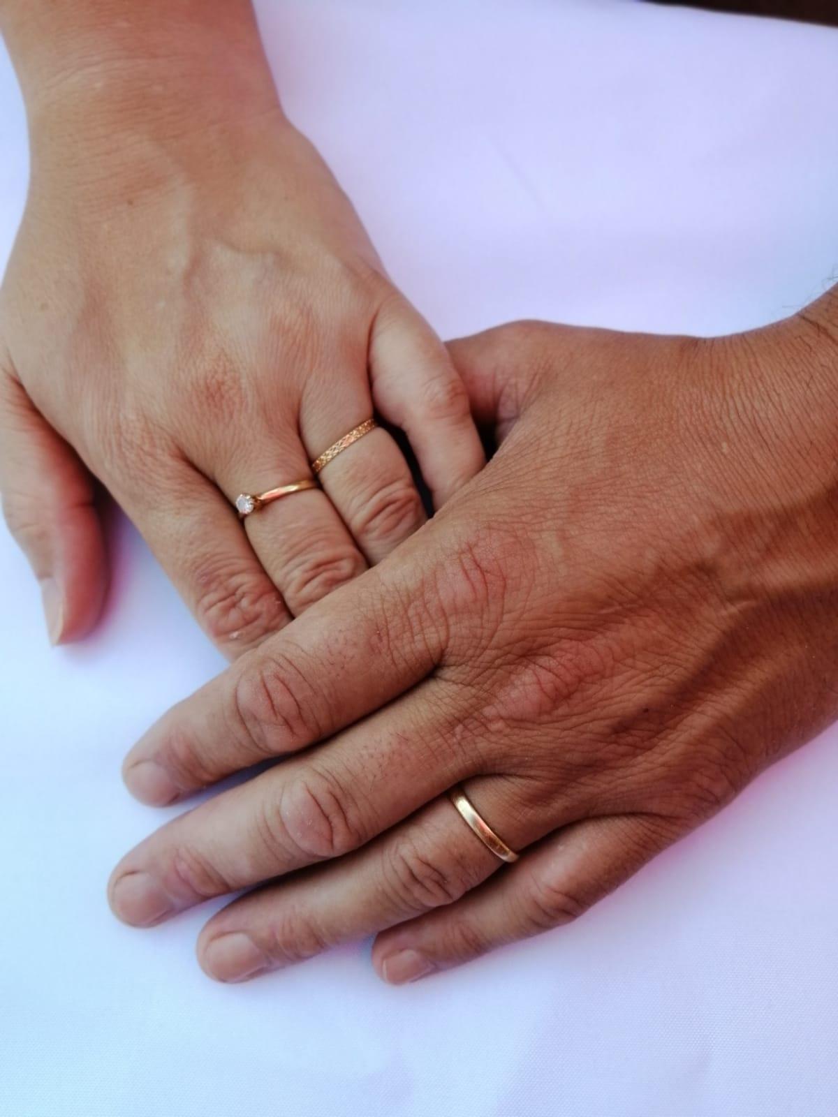Couple qui se tient la main en montrant leurs alliances - C&D Events - Wedding planner Oise et Paris