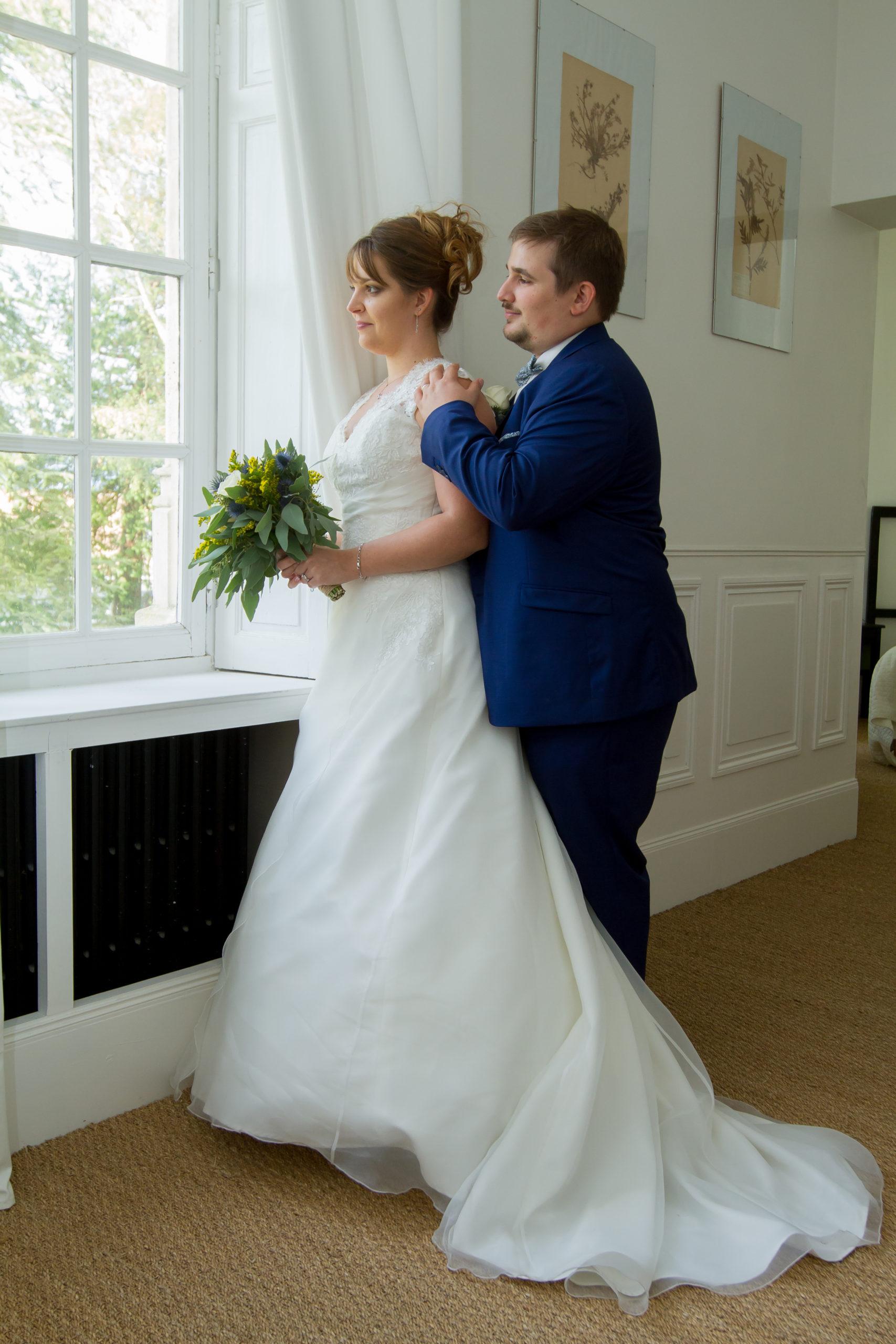 Mariage A&J - Photo des mariés regardant par la fenêtre - C&D Events Wedding planner Oise et Paris