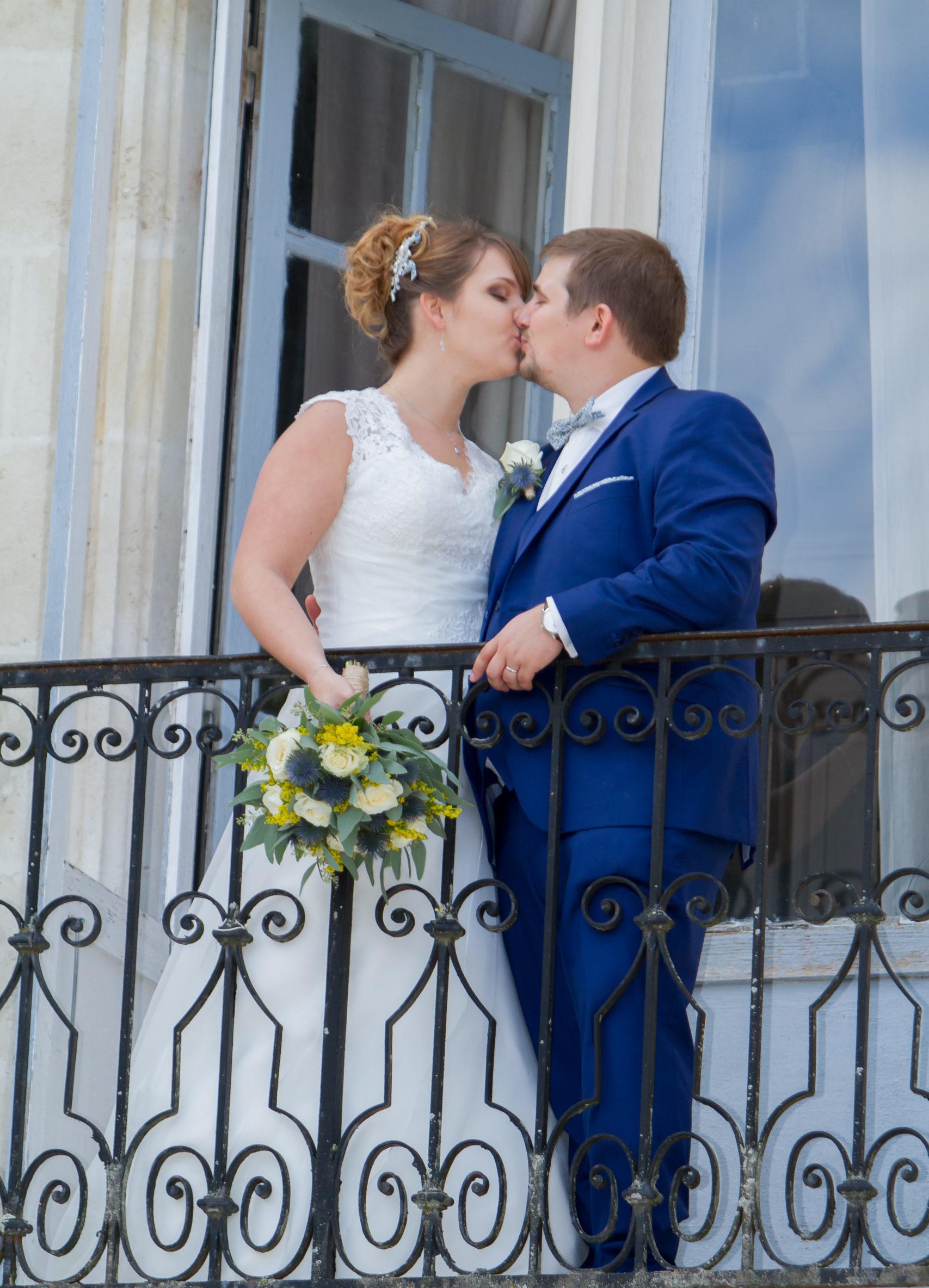 Mariage A&J - Les mariés s'embrassent sur le balcon - C&D Events Wedding planner Oise