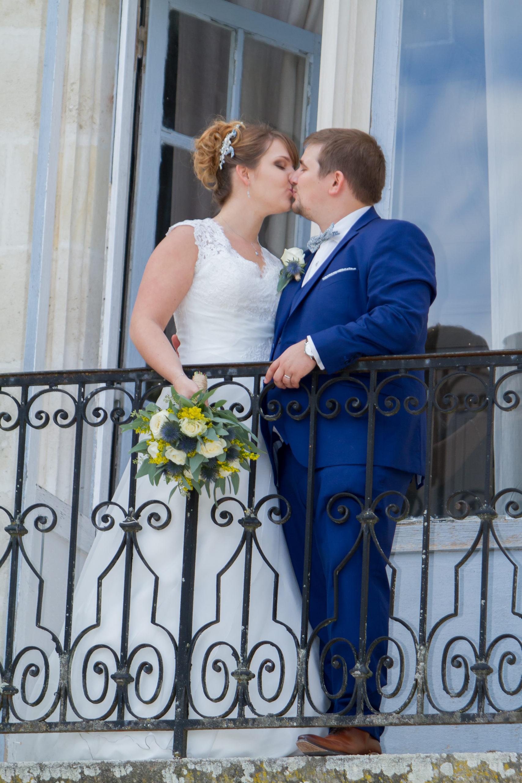 Mariage A&J - Les mariés s'embrassent sur le balcon - C&D Events Wedding planner Oise et Paris