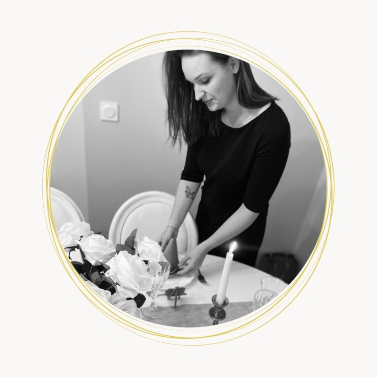 Coralie DUPONT en train de préparer une table - C&D Events Wedding planner Oise et Paris