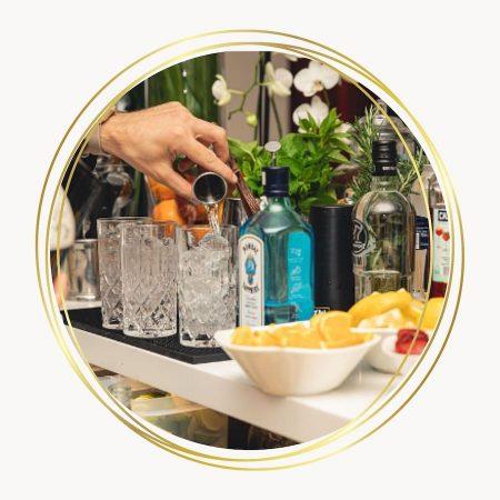 barman en train de servir un cocktail - C&D Events Wedding planner / Organisation d'événements privés - Oise et Paris